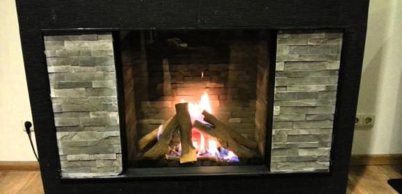 Een houtkachel in huis